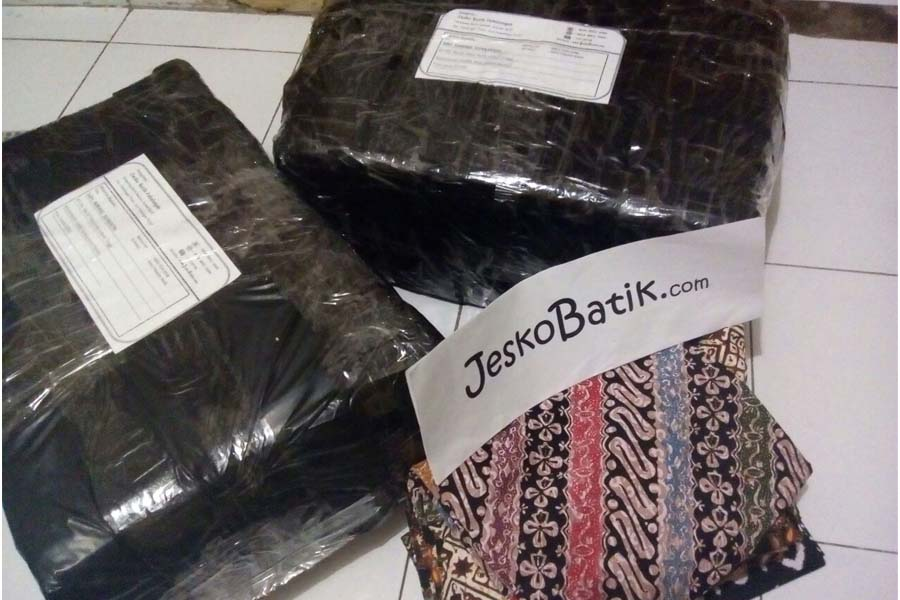 persiapan pengiriman batik