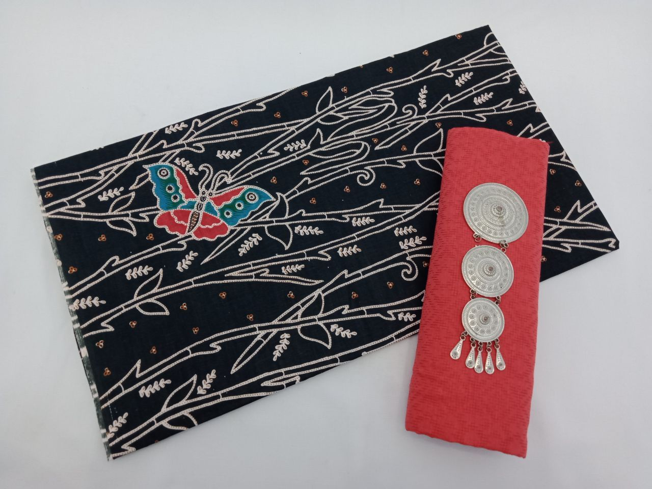 kain batik warna dasar hitam gelap motif kupu kombinasi